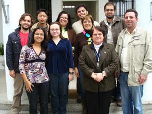 Equipe de alunos e professores do Projeto Rondon reunida para fotinha oficial com a Reitora da UNITAU antes da viagem para o Rio Grande do Sul