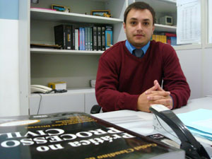 Cursando o segundo ano de direito, o aluno Mateus diz que curte as aulas práticas e da matéria de Direito Penal