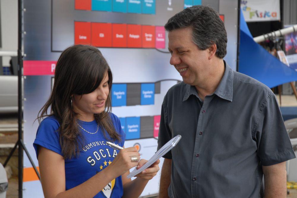 Rafaella Teixeira entrevista o prof. pasquale para o blog do SAV - crédito da foto - Thiago Gustavo