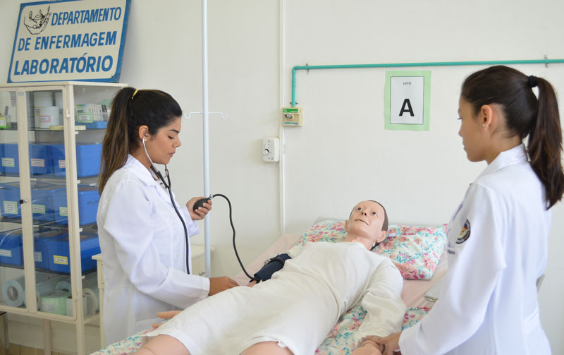 Estudantes de Enfermagem da UNITAU em aula prática