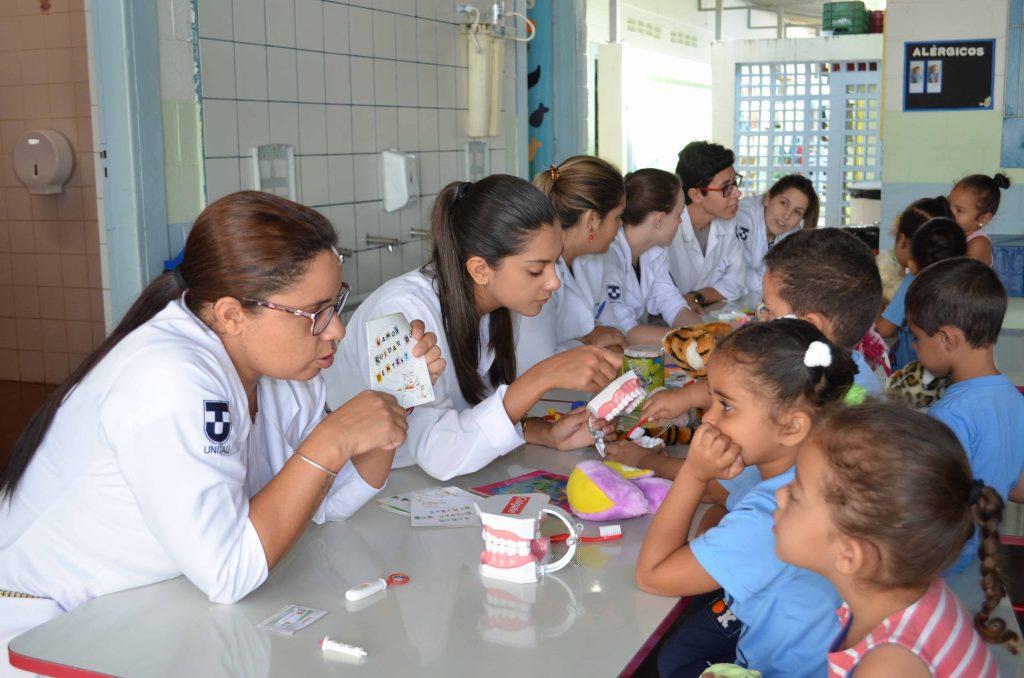 Estudantes de Enfermagem da UNITAU em atividade prática